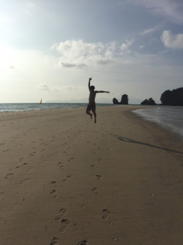 割れた海でジャンプ